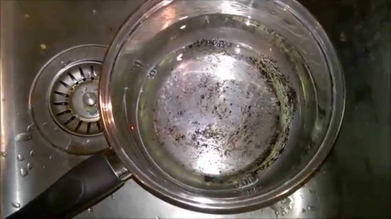 az égett zsír eltávolítása a serpenyőből